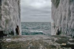 对水的下降在冬天海滩所有结冰 免版税库存图片