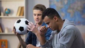 对足球队丢失的比赛失望的美国黑人和白种人人 股票视频