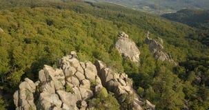 对Dovbush岩石在Bubnyshche,喀尔巴阡山脉,乌克兰的鸟瞰图 影视素材