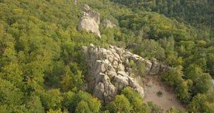 对Dovbush岩石在Bubnyshche,喀尔巴阡山脉,乌克兰的鸟瞰图 股票视频