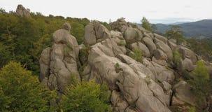 对Dovbush岩石在Bubnyshche,喀尔巴阡山脉,乌克兰的鸟瞰图 股票录像