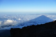 富士山的阴影在云彩的在日出,日本 库存照片