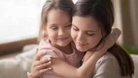 富感情的家庭母亲容忍小孩女儿感觉的爱连接 免版税图库摄影