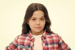 小女孩在白色隔绝的培养眼眉 有长的深色的头发的确信的孩子 发展的美发师沙龙 免版税库存图片