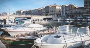 小游艇船坞的看法在塞特港,法国的市中心 库存图片