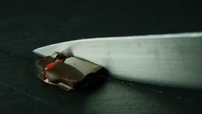 小方形的巧克力糖由厨刀切成了两半 股票视频