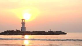 小灯塔录影反对热带海洋日落和光滑的水的在考・拉克海滩在Phang Nga,泰国 股票录像