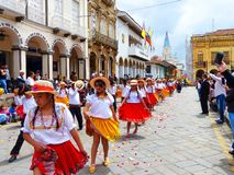 小组女孩在游行的舞蹈家cuencanas在城市昆卡省的历史的中心 免版税库存图片