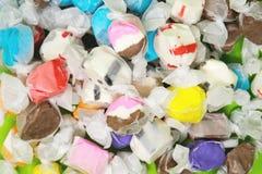 小组明亮的甜乳脂糖糖果视图从上面 免版税图库摄影