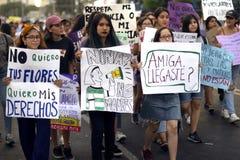小组秘鲁女孩抗议为不是竞选'girls mothers'在行军为妇女的天 免版税库存照片