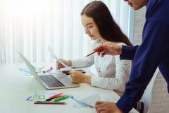 小组设计师应用谈论为新的应用程序机动性在办公室 用户经验设计观念 免版税图库摄影
