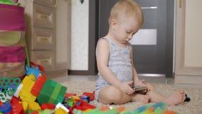 小男孩在家观看在智能手机的动画片在地板上,生活方式 影视素材