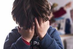 小男孩盖他的眼睛在恐惧或困窘外面 免版税库存图片