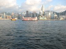 小船在看从九龙的香港港口 图库摄影