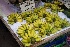 小香蕉在街道上的待售 免版税库存图片