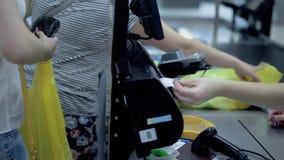 少女在超级市场做购买 股票录像