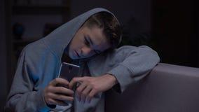 少年在黑暗,威胁自互联网,小配件瘾中的移动电话 影视素材