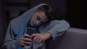 少年在黑暗,威胁自互联网,小配件瘾中的移动电话 股票录像