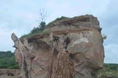 山岩石在是发白褐色的地方 库存图片
