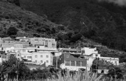 山的黑白典型的特内里费岛村庄 库存照片