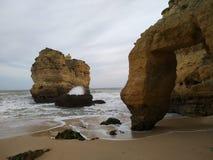 岩石搁浅的波浪 图库摄影