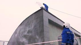 工业登山人在莫斯科清除从积累雪的一个屋顶 通风 股票视频