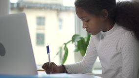 工作在她的家庭作业的Mixed-race中间成人女孩 股票录像