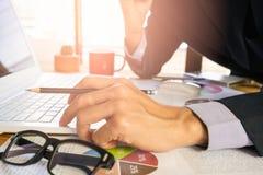 工作在计算器的商人或会计计算企业数据概念 会计,投资顾问咨询的situa 免版税库存图片