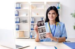 工作在诊所的女性医生妇产科医师 库存照片