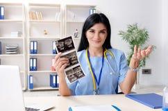 工作在诊所的女性医生妇产科医师 免版税库存图片