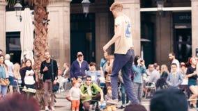 巴塞罗那,西班牙- 2017年4月,16日 执行在街道的绳索杂技演员 平衡在一条摇摆的皮带 4k夹子 股票视频