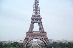 巴黎,法语- 8月26,2017:在白天的美丽的埃菲尔铁塔 库存照片