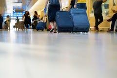 带着手提箱的人们在机场底视图 免版税库存照片
