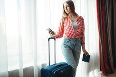 带着手提箱的年轻女人继续旅途 免版税库存图片