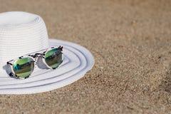 帽子和太阳镜 免版税库存照片