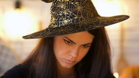 帽子的召唤被集中的巫婆,不可思议,服装万圣节聚会 库存照片
