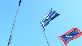 希腊语和雅典旗子飞行 股票录像
