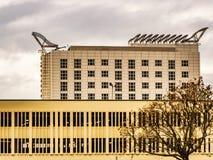 布拉克内尔,柏克夏英国2018年10月12日:现代办公楼和停车场有窗口的 库存照片