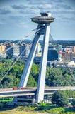 布拉索夫,斯洛伐克- 2011年7月:斯洛伐克全国起义的B土坎,飞碟桥梁,在多瑙河 布拉索夫吸引1 图库摄影