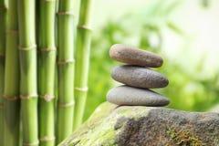 平衡的禅宗小卵石扔石头户外反对被弄脏的背景 图库摄影