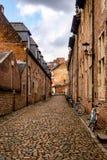 平静的街道在13世纪大贝居安会院鲁汶,比利时 图库摄影