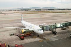 2018年3月03日,巴塞罗那,西班牙 在机场el Prat的门的西班牙Vueling空中客车在巴塞罗那 免版税库存照片