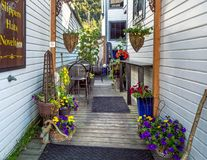 2018年9月15日-史凯威,AK:百老汇街的五颜六色的私有庭院 免版税图库摄影
