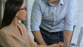年轻上司和辅助分析的公司收入,满意对工作结果 股票录像