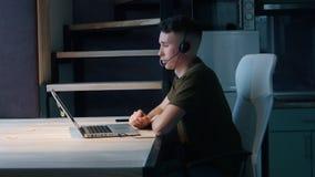 年轻人与客户沟通,回复电话 家庭办公室概念 侧视图 股票录像