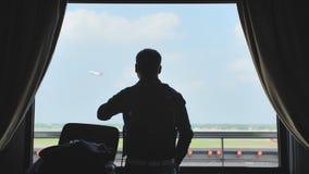 年轻人在酒店房间在机场粗心大意地包装有事的一个登陆的手提箱和叶子 股票视频