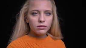 年轻可爱的白种人女性特写镜头射击有今后看长的金发的转向照相机和 影视素材