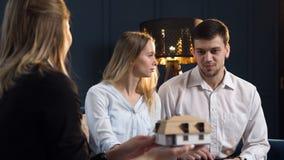 年轻夫妇画象在会谈的与建筑师 股票视频
