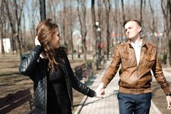 年轻夫妇画象在爱的在公园 免版税库存图片
