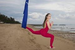 年轻女人实践的飞行瑜伽asana户外 健康,体育,瑜伽概念 免版税库存照片